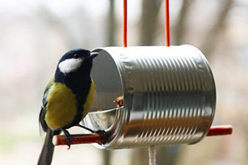 Mangeoire pour oiseaux avec une boite de conserve