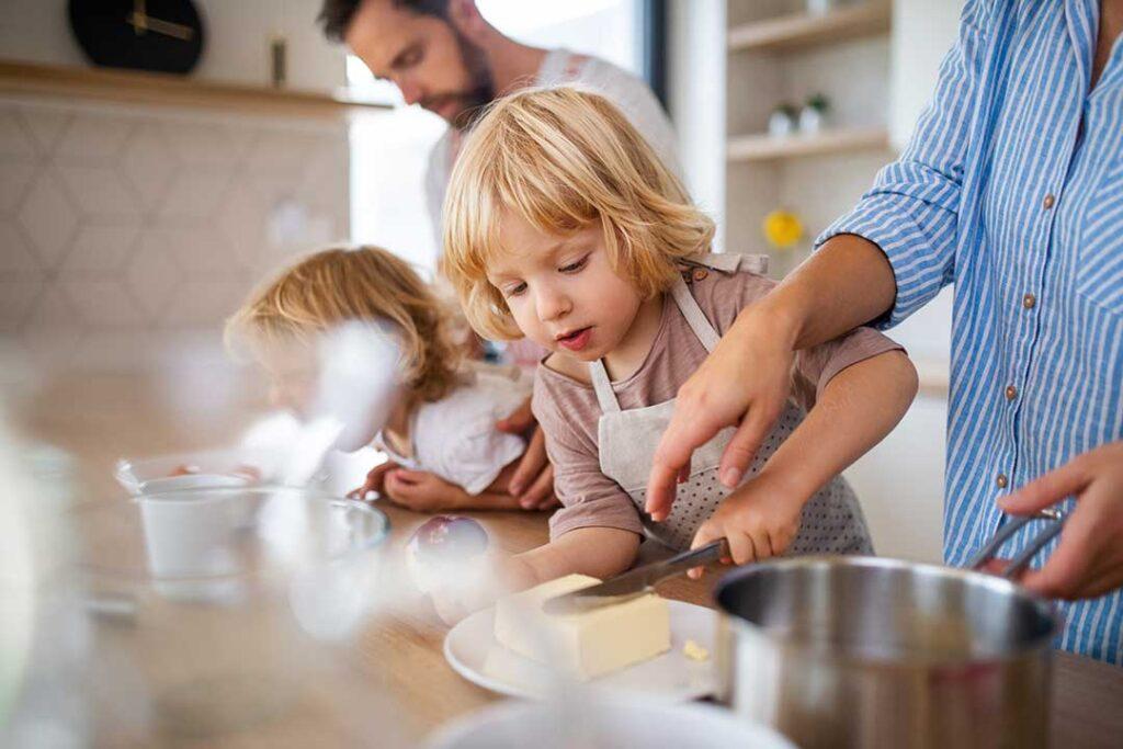 Cuisine préparation des repas en famille avec les enfants
